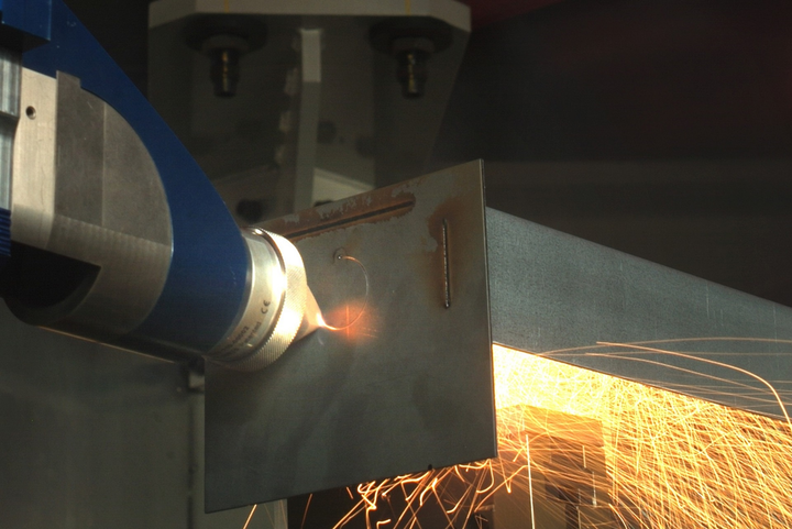 This multifunctional laser processing head can already cut and weld innovative sheet metal assemblies; now, additional additive manufacturing steps have been added.